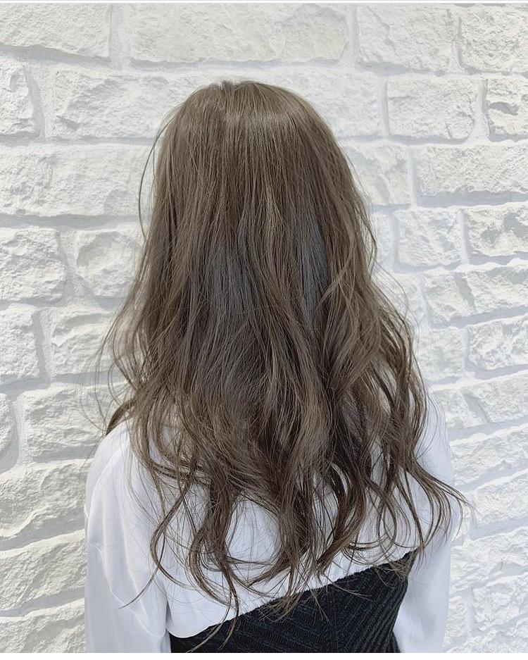 3月に個別指導の塾のアルバイトの面接があるのですが、髪色の規定が「常識の範囲内なら可」とあります。 そこで、下の画像は常識の範囲内に入ると思いますか?やっぱり少し明るすぎますかね。