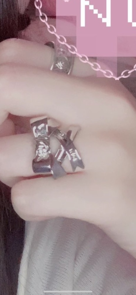 【コイン500枚】 この指輪の販売元(もしくは商品名)を 探しております。申し訳ないのですが 画像はこれしか残っておりませんでした 理由といたしましては、今更ながらに 思い出し、やっぱり欲しいと 思っ