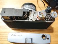 Canonの大昔のフィルムカメラCanonet(初期)を手に入れたのですが、触っているうちにシャッターが反応しなくなってしまいました。 巻き上げレバーは動きますがシャッターを押しても反応しなく、ストロボを接続しても光らない状態です。 自分でなんとか修理してみることは出来ますでしょうか?