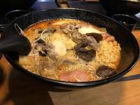 2年ほど前、韓国に行った際の 麺や具材をセルフで入れて、レジでスープを選択できる、ファストフードのような雰囲気のお店を特定したいです。当時の写真も添付します。 一緒に行った友人も店舗名までは覚えてお...