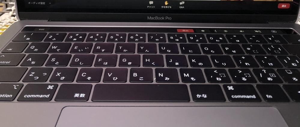 MacBookでzoomを利用しているのですが、画像の様に、カメラとマイクのボタンがなく、自分が写っているのか、声が出ているのか全くわかりません、 何故でしょうか? ホストによる制限などがあると言っていたのですが、どうなんでしょうか? もし表示する方法が有れば教えてください。