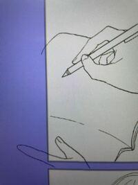 クリスタで漫画を描いているのですが、初心者のため分からないところがあります。 コマを割ることはできたのですが、写真のように青紫の部分に線画が描画されてしまいます。コマレイヤーはどのレイヤーよりも一番上に置いています。 色んな説明サイトや動画を見ましたが、みなさん青紫の部分にはみ出していません。どうしてこうなるのでしょうか?対処法を教えていただけたら嬉しいです。