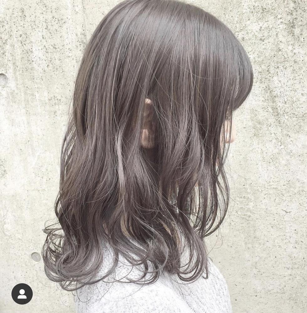 髪の毛のカラーを持たせるにはどうしたらいいでしょうか? 先日初めてのカラーをしました。ブリーチを1回し、画像よりも少し暗い程度の髪色です。 しかし、1回シャンプーしただけで髪色が画像の色くらいまで抜けてしまいました。 美容師さんに言われた通り、シャンプーは1日我慢し、初めてのシャンプーは紫シャンプーを使用しました。 洗い流すタイプのコンディショナーは使用せず、アウトバスのヘアクリームの...