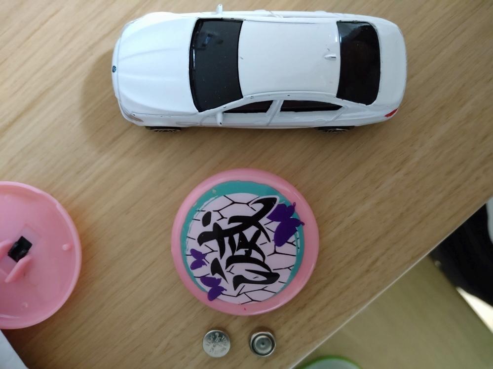 鬼滅の刃のライトって電池何個入ってますか!? 0歳の子どもが飲み込んだ可能性があるので知りたいです! 写真左 ライトに入っていたボタン電池2個あります 写真真ん中 ライト本体です 写真右 トミカです