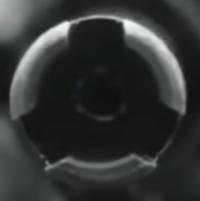 この写真は、自動小銃の銃口を正面から写したものです。 ですが、銃身の外径と比較して、穴が小さすぎるように思えます。 これって、実銃じゃなくて、BB弾を撃つ遊戯銃ですよね? それとも、実銃の穴の大きさも...