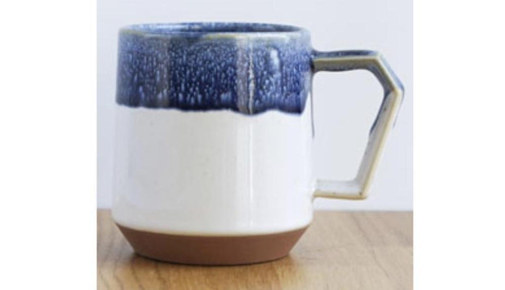 マグカップを探しています。 友人が結婚し、〜焼のマグカップをプレゼントしたいとおもっています。 いろいろな百貨店に見に行きましたが、友人好みのものがなく… 下記参照のようなマグカップを探しています。 どこに売っているかまたネットでおすすめのページなのございましたら教えていただきたいです。 東京在住です