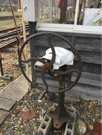 鉄道マニアの方教えてください。 これは何ですか?  私はレールを動かして進行を変えるもの。 主人は手動の遮断機だと思っています。  宜しくお願い致します。