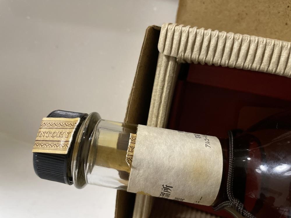 サントリー ピュアモルト ウイスキー 1993年樽出原酒 酒精アルコール度数:58% 内容量:500mlのウイスキーが、実家から出てきたのですが、 開封シールは劣化で破けており、蓋を開封したのか、してないのかわからないのです。 中身は減っていないと思うのですが、確認しようがなくて。 蓋を回すと、もし空いていなかったら開けてしまうことになるし。。 何かいい方法わかりませんか?