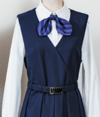 東京都文京区大塚にある私立中高一貫女子校の制服について質問させてください。 創立140周年の節目に制服をリニューアルしたとのことで初めてお見掛けしたときにとても驚いたのですが、これは死に装束と同じ襟合わせでしょうか?  単に洋服としてなら、レディースですし左前で全く構わないのですが、デザインの解説にわざわざ「着物をモチーフにした」との記述があるのです(「はいからさんが通る」のモデル校でもあり...