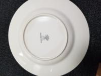 お皿のシミ… 半年位前にお祝いでウェッジウッドのお皿のセットを頂き、使わずにそのまましまい込み、先週から使い出して今日が3回目だったのですが使い終わって洗おうと思ったら写真だと分かりにくいのですが、うっすらと茶系の輪じみ(?)になっていて裏面を見たらティッシュに水を付けた様な透明というかグレー色の、表面より更に酷い染みになっています。表裏同じ部分に染みが出来ています。これはどうやったら落とせ...