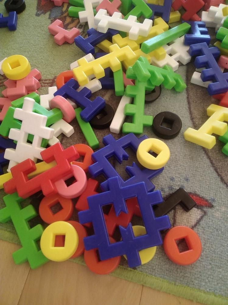 おもちゃを探しています。 学研のニューブロックのような素材なのですが、やや大きめで形が複雑です。 どなたか、こちらのおもちゃのメーカーや名前をご存知ないでしょうか? よろしくお願いいたしますm(_ _)m
