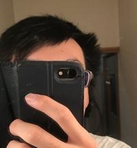サイドの髪の跳ねに悩んでます。  髪の毛が伸びると写真のように右側サイドが跳ねてきます。 美容師さんなどに相談しても毛流が上方向に伸びているため、短く刈り上げるかパーマをするかしかないとのことです。  こういった悩みを持つ場合、どういった髪型にするのが良いのでしょうか? 4月から社会人のため、なるべく清潔感を持って臨みたいです。 詳しい方よろしくお願いします。