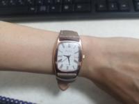 アラフォー女性 腕時計について 今までわりと高めのものを使っていたのですが、電池交換に数万も出すのがばかばかしく感じてしまい、ノットというメーカーの腕時計を購入しました。  こちらはアラフォー女性がつ...