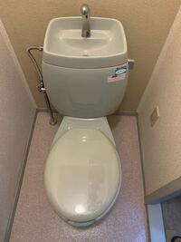 この便器は旧カスカディーナですか?新カスカディーナですか? 引越しをした物件のトイレなのですが、ウォシュレットの取り付けをしたいので、知りたいです。 調べてもよくわからなかったです。  右上には Pana Home 節水タイプ 給水器具 J-218 ロータンク(ボールタップ付・手洗付) イナ・イホー株式会社 と書いています 便器に品番は書いていないです。  旧カスカディーナだったらウォシュレ...