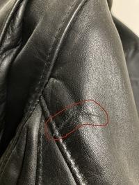 画像の中古で購入したライダースジャケットの傷から前の持ち主はバイクで転倒したと予測されますか?部位は肩の裏です。 良ければ教えていただきたいです。