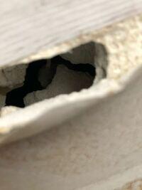 大東建託の壁に穴があきましたがこの石膏ボードの厚さがかなり薄く感じますが、特に問題は無いのでしょうか?詳しい方居ましたら教えてください。角部屋の外側の壁になります。