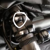 カーボンステムのボルトをトルクレンチで締めたのですが、使い方を間違えたのか締めすぎてしまってステムの塗装が剥がれてしまいました。 カーボンハンドルなんですが、緩めるときにミシミシと音がしたのですが大丈夫でしょうか?