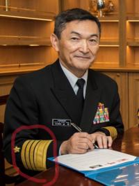 海上自衛官の冬服制服の袖章って取れる仕様なんですかね? それとも階級が上がるごとに新しい上着を着るんですか?