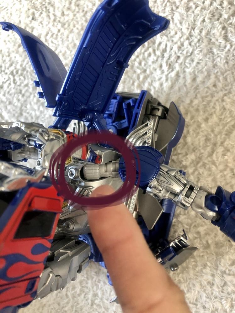 子供のおもちゃの事で困っています! トランスフォーマーTLK15の腕が動きません。 右腕はスムーズに動きますが、左腕がはまっていない?感じがして動きません。 修理に出すしかありませんか? メルカリで購入し、ビーグルモードにしてみましたが、腕が動かず、ビーグルにできません。力でやると壊れそうで怖いです。 どなたか詳しい方、教えてください。