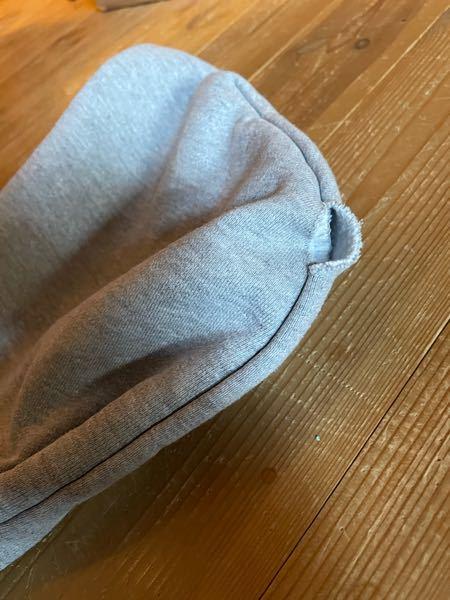 パーカーのフードなんですが、 買った時からこうなってまして、 気づいたのが洗濯しちゃってからでした。 どうやって縫ったらいいですか?