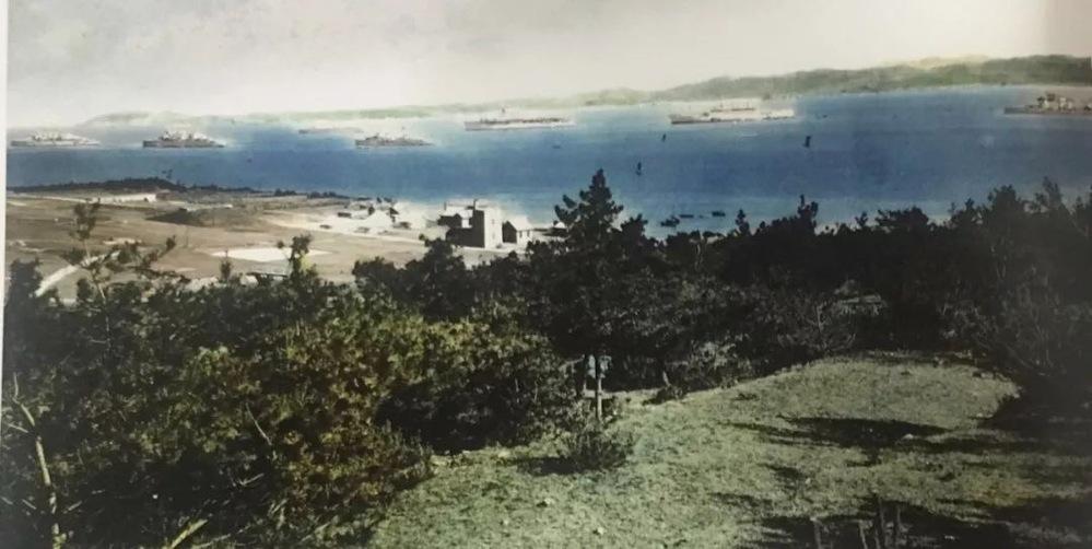 """刘公岛英军九洞草坪高尔夫球场一角,摄于1937年。 该球场建成于1901年,是中国最早的海岛高尔夫球场,也是威海""""最完备之运动场,每届夏令各国人士中日逍遥于是处""""。 1898~1930年威海衛成..."""