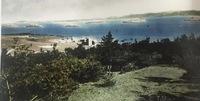 """刘公岛英军九洞草坪高尔夫球场一角,摄于1937年。 该球场建成于1901年,是中国最早的海岛高尔夫球场,也是威海""""最完备之运动场,每届夏令各国人士中日逍遥于是处""""。 1898~1930年威海衛成为英国租借地,刘公岛则在1898年~1940年成为英国皇家海军的驻地。1901年英国海军在刘公岛东部南坡,西起东村,东至东泓炮台,修建了具有苏格兰传统风格的标准9洞高尔夫球场,器材基本从英国进口,并..."""