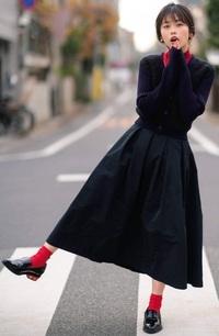 この女性が、この服装で身体を回転させるとスカートはどうなる? . この女の子は、女優の小芝風花さんですが、 この小芝風花さんが、 この服装でバレリーナの様に身体を高速でクルクル回転させたら、 彼女が履いているスカートは遠心力でどの様に変形すると思いますか?