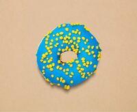 画像のIKEAのドーナツ、カロリーはどれくらいだと思いますか? ミスドのドーナツと比べると、大きさはだいたい同じくらいかIKEAの方が少し小さいくらいです。 ミスドのチョコリングが238kcalなので このドーナツは250kcalくらいあるのかなと個人的に思っています。  だいたいで大丈夫なので皆さんが思うこのドーナツのカロリーを教えてください!よろしくお願いします。