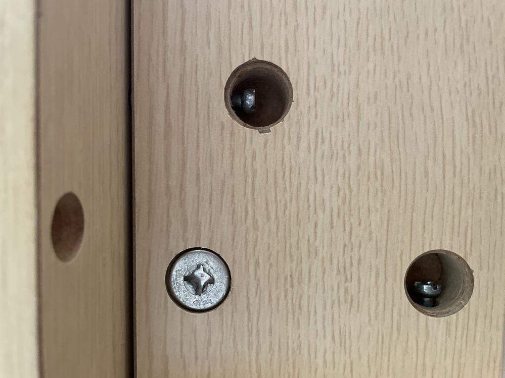 ニトリの机を分解しているのですが、円筒金具を回しても外すことができません。 どうしたら外れますでしょうか? 板を引っ張っても、傾けても出てきませんでした。