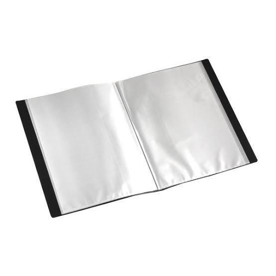 角2形封筒がぴったり入るサイズのクリアホルダー(画像のような形の商品)を探しているのですがB4サイズの物しか見つかりません。 B4だと少し大きいので、ぴったりが良いのですが売っていないのでしょうか?