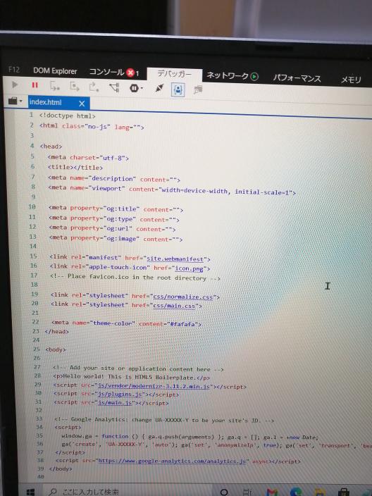 本日初めてJavaScriptに挑戦しようとYouTuberを見ながらindex.htmlをダウンロードしました。 そのファイルをInternet explorerで開いたらところ背景が白でまぶしいです。背景を黒にしたいのですがいくら調べても方法が分かりません。 ちなみにインターネットオプション→全般タブ→色→背景を黒に設定 上記でできると思いましたがhello world this is html5 boilerplateっと書かれている背景が白くなるだけで肝心のところは背景白のままです。※画像有 二時間ほどネットを彷徨いましたがまったくわかりません。お手数ですがどなたかご教示お願い致します。 ちなみにInternet explorerで必ず開きたいというわけではないのです、選択肢がMicrosoft edgeでも良いです。(こちらも散々背景を黒にする方法探しましたが見つかりません。) 左側に数字がふってないのでメモ帳で開くのは避けたいです