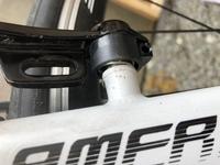 自転車のブレーキについて 最近自転車のvブレーキの点検をしてみました。すると、写真のようにバネが陥没(?)していて、片側のみブレーキが戻りません。自力で直す方法はあるでしょうか?