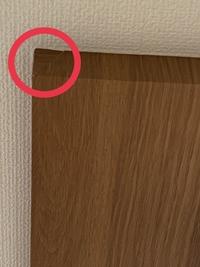 クロスの貼り方について ポップアップで天井のクロスなのですが、木目調であるにも関わらず、写真のように施工されてます。 この貼り方は無地のクロスならわかりますが、柄物でこの出隅角の処理は失敗ですよね? プロのご意見を聞きたく思います。