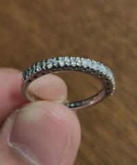 この指輪は家を掃除していたら出てきたものです。この指輪には Pt900 025 と刻印がはいっていました。調べたところ、Pt900が使われているプラチナの純度ということはわかったのですが、025がなんなのかさっぱりで...