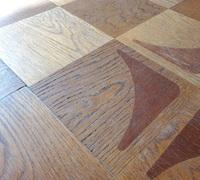 フローリングの床材について質問です 築50年の祖母の家の床ですが この床は複合でしょうか、無垢材でしょうか ワックスがけをしようと思い調べましたが素人には判断できず、プロの方がいればと思い質問させていただきます。  なぜそう判断されたかも一緒に答えていただければ幸いです。判断材料が足りない場合はお答えします。