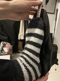 ブーツのEUサイズについて。  ネットでブーツを購入したのですが、明らかにサイズが大きすぎて返品交換しようと思います。 普段履いている靴のサイズは27.5~28cmでピッタリという感じなので、 サイズ早見表で日本の28cmにあたる、EU43の物を購入しました。  しかし、写真の通りブカブカで、定規で測ると4cmくらい大きいです。 EU 43でこの状態なら、交換のサイズは何が適正だと思われます...