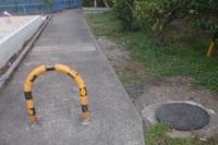 道路交通法に詳しい方、おしえてください。この道路の端に自動車は侵入できないようにしてあります。写真を見てください。 歩行者専用の標識、車両進入禁止の標識は一切ありません。 二輪の原付は通行可能ですか?