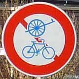 自転車を運転している人が「軽車両及び自転車通行止め」の標識のある車道(歩道無し)を通行した場合、罰則はあるのでしょうか? 墨田区役所とアサヒグループ本社ビルの間の川沿いの道路、勝海舟の銅像があるトンネ...