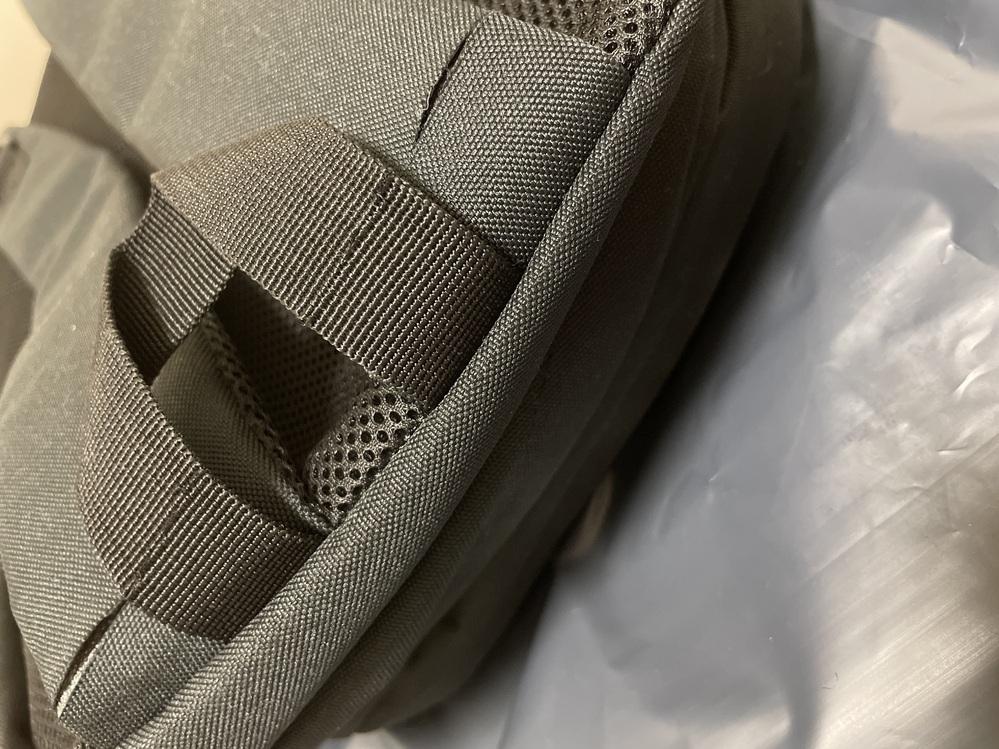 ネットで購入したリュックを開封する際、カッターを使ったのですが、誤って紐の部分も切ってしまいました。 直して使いたいのですが、どう修理すれば修理跡が一番目立たないのかが分かりません。おすすめの方法を教えてほしいです。