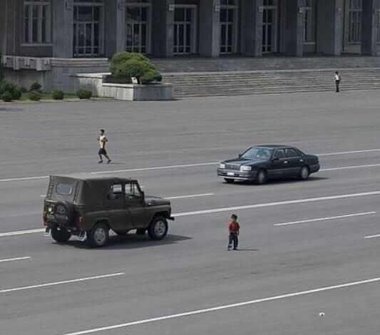 これは北朝鮮の写真なのですが、右奥の車はむかしのトヨタ・クラウンではないですか? 中国製でしょうか?ハンドルがどちらに付いているかは判別つきませんが。
