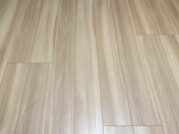 インテリアについてセンスのある方アドバイスください!! 私の部屋の床はこんな色なんですが、インテリアを買い足そうと考えています。ラグとソファーとローテーブルとテレビ台を買おうと思っているのですが、この床にどんなものが合うかアドバイスをください! ちなみに、ローテーブルやテレビ台は木のものがいいかなと思っており、ソファーはグレーにしようとしています。 木の色にもいろいろあると思いますが、ど...