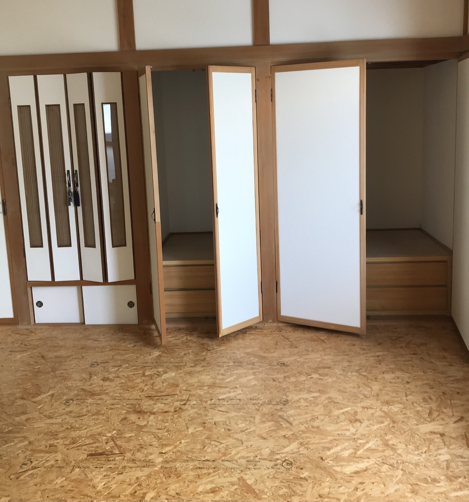 築30年くらいの一軒家に引っ越します。部屋の床が、前の住民が住んでいた時に畳を剥がして床材の上にOSB合板??を敷いたらしいです。 下が全部地下室の家になっており、3月に内見の時点で足がとても冷...