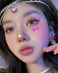 インスタの広告でカラコンの広告が出てきたのですが、写真の女の子のインスタを知っている方がいれば教えてください。 中国か韓国の方だと思います。
