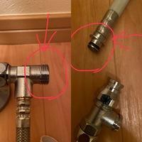 ウォシュレットの交換をしております。 既存のトイレの給水管と、新しいウォシュレットの配管の分岐とが合いません。 どういう金具を使えばいいでしょうか?    素人なため、詳しく教えたいただけると助かります。