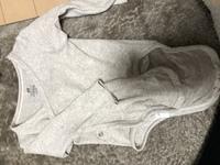 この赤ちゃんの肌着(ボディースーツ?)の着せ方についてなんですが、短肌着と同じ扱いで着せてるのですがあってますでしょうか? それともしたに短肌着を着せた方がいいのでしょうか? ちなみにH&Mのベビー服です! 1ヶ月の赤ちゃんに着せてます。
