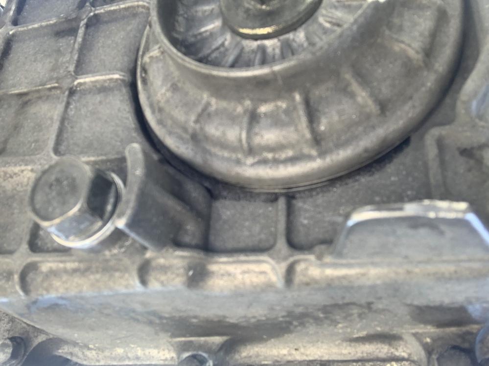 500枚 VTR250のオイル滲みについて。 VTR 250に乗っているのですが写真のオイルフィルターカバーの縁からオイルが滲んできます。 何か対策はあるでしょうか? オイル交換と合わせてオーリ...