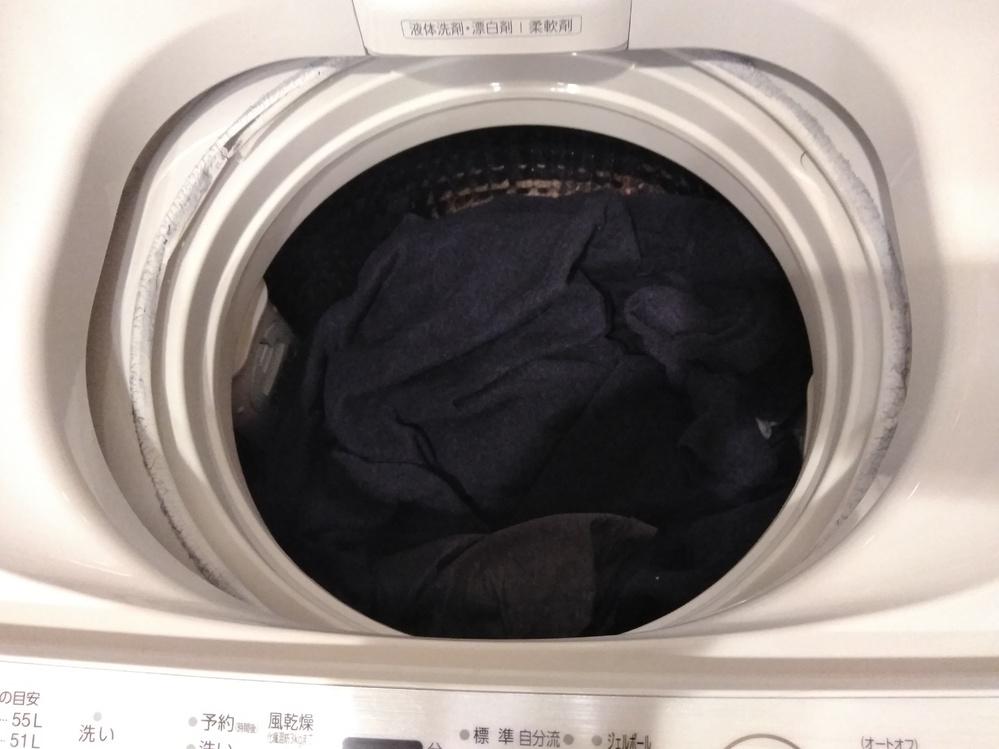 洗濯機の洗濯槽の上部分が溶けました。 普通に洗濯しただけ(水量は47リットル)なんですが、脱水時に洗濯物がはみ出したみたいで、そのまま回転したので摩擦熱でプラスチック部分が溶けました。 買って...