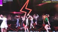 NiziUのTake a pictureの振りについて質問です。 この場面の振りが9人バラバラのように感じます。  ダンスの雰囲気は同じなのですが、よく見ると腕の振り方が3通りくらいあります。  共感を求めています!