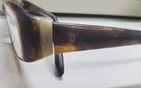 10年ほど前にメガネの三城で購入したメガネなのですが長持ちしたため同じブランドの購入を検討しています フレームにpのマークが入っているのですがブランドをご存知な方はいらっしゃいませんか?