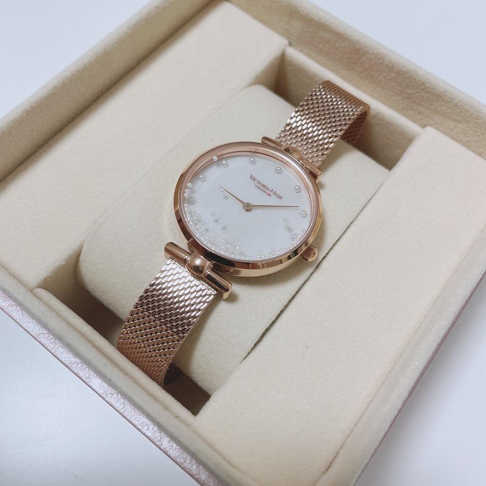 ヴィクトリアハイドロンドンの腕時計の外し方が分からず困っています。わかる方教えて頂けると助かります(TT)